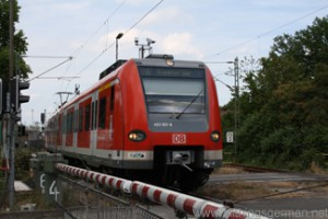 An S-Bahn train leaves Oberursel station