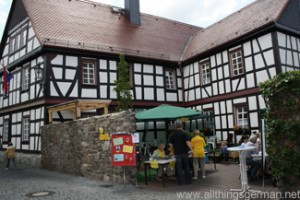 The courtyard of the Seniorentreff in the Hospitalstraße during the Hessentag in Oberursel