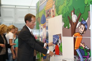 Minister Wintermeyer at the wall jigsaw puzzle in Hall 2 of the Landesausstellung
