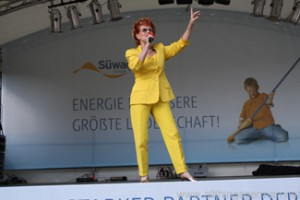 Chris Malu on stage in Rushmoor Park at the Hessentag in Oberursel