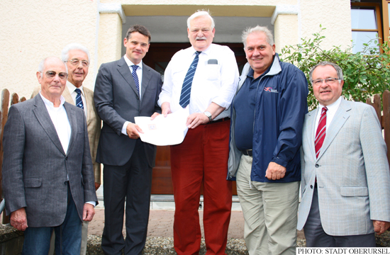 Boris Rhein presenting the TSGO with confirmation of their €50,000 grant. (Photo: Stadt Oberursel)