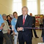 Mayor Hans-Georg Brum opening the new volunteers' office
