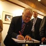 Mayor Hans-Georg Brum signing the Golden Book
