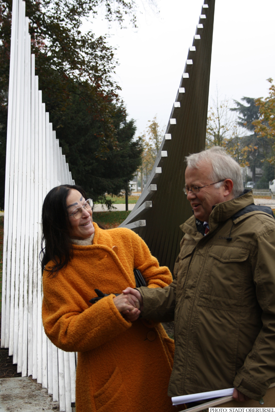 Angelina Androvic Gradisnik with Hans-Georg Brum and the sculpture Ikarus (Photo: Stadt Oberursel)
