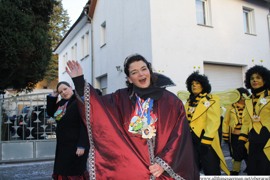 Prinzessin Sabine I. waving at the end of the procession in the Austrasse