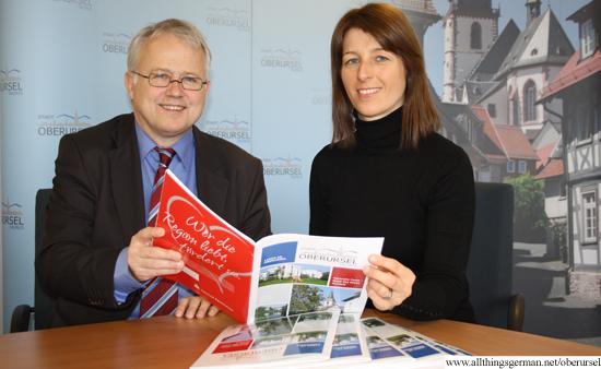 Nadine Becker von Ruschke +Partner mit Bürgermeister Hans-Georg Brum