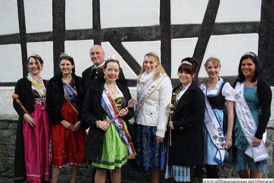 Annabel I. and Kurt with Susanne from Bergen-Enkheim (Apfelweinkönigin), Beatrice I. from Sachsenhausen (Brunnenkönigin), Isabell I. from Bruchköbel (Zuckermaiskönigin), Melissa I. from Goldstein (Rosenkönigin), Katharina II. from Rosbach (Blütenkönigin), and Sandra I. from Wehrheim (Apfelblütenkönigin)