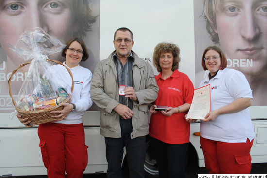 Karl-Heinz Burkart with Red Cross Volunteers Christine Schöck (left), Heike Wick and Michaela Tappenden (right)