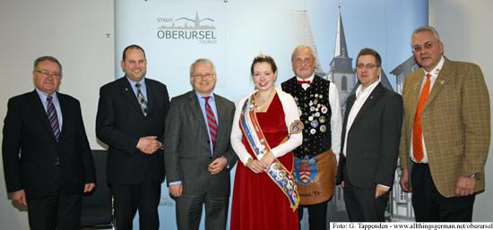 Annabel I. (centre, with Brunnenmeister Kurt), from left to right: Council chairman Dr. Christoph Müllerleile, Treasurer Thorsten Schorr, Mayor Hans-Georg Brum, Alderman Christof Fink and Joint Charities Chairman Rolf Steinhagen