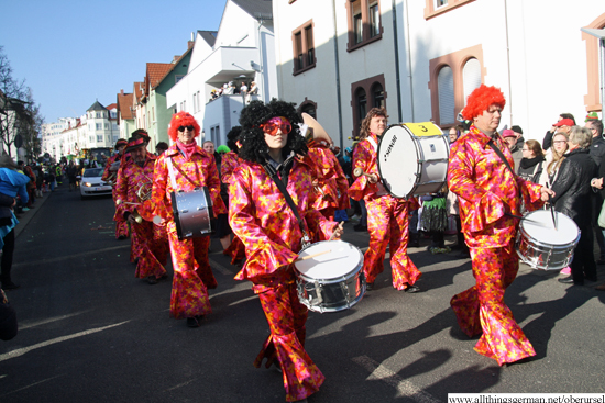 The marching band of the TG 1875 Bad Soden e.V. passes through the Henchenstraße during the carnival procession on Sunday, 15th February, 2015