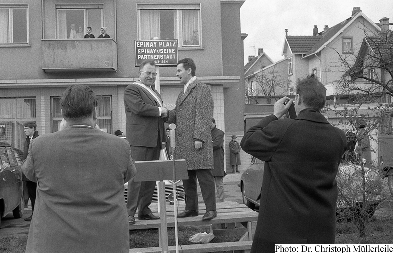 André Lesenne and Karl Heinz Pfaff unveiling the Epinay-Platz sign on 26th March, 1967. (Photo: Dr. Christoph Müllerleile)