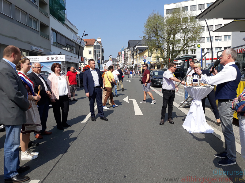 Opening Autos in der Allee 2018: Town Treasurer Thorsten Schorr (left), Fountain Queen Anna-Lena I., Mayor Hans-Georg Brum and Fokus O Chairman Michael Reuter (right)