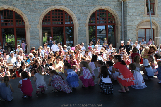 Children from Tanzschule Pritzer dancing to Der Flaschengeist