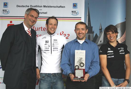 Patrick Lange and Jenny Schulz with Dr. Sven Matthiesen and Meik Kottwitz (Photo: Stadt Oberursel)