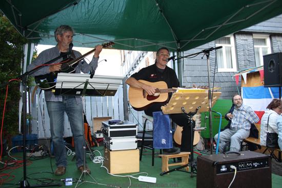 English musician Robert Brusell performing with Frederik Aarnoutse in the Weidengasse.