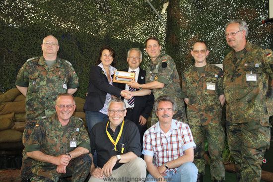 Oberstleutnant (Lieutenant Colonel) Uhlig presenting the Town Key to Andrea Einig-Homann during the Hessentag in Wetzlar