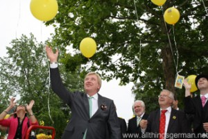 The balloons being released at the Maasgrundweiher in Oberursel during the Hessentag