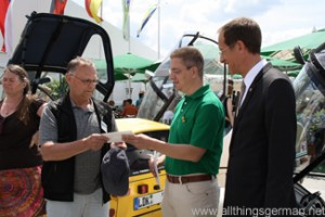 Christof Fink (m) accepts the message from Stadtallendorf from Klaus Scheithauer (l) with Axel Wintermeyer (r)