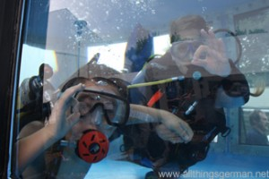 Yannik (l) and Elke (r) underwater in the diving trailer at the Hessentag in Oberursel