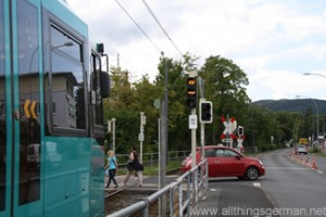 A U3 train waiting at a KK signal at the Kupferhammerweg crossing in Oberursel during the Hessentag