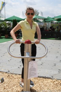Stella Emmerich demonstrates the back-muscle trainer at the Hessentag in Oberursel