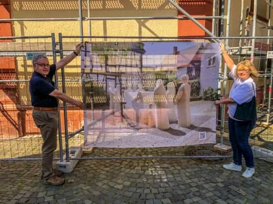 Dr. Christoph Müllerleile and Annette Andernacht from the Iniative Opferdenkmal with the new banner (Photo: Initiative Opferdenkmal)