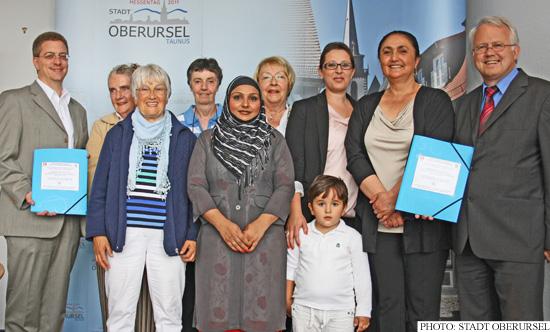 Representatives from Weisskirchen handing a petition to Hans-Georg Brum and Christof Fink (Photo: Stadt Oberursel)