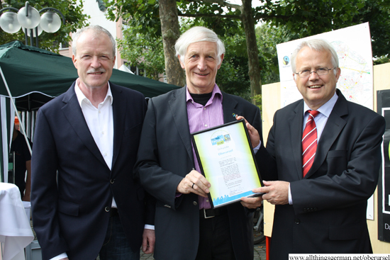 Michael Reuter, Manfred Holz and Hans-Georg Brum with the Fairtrade Town certificate