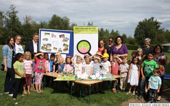 Children handing over their wishes at the Dornbachwiesen (Photo: Stadt Oberursel)