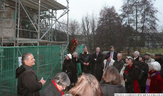 Dr. Justus Förschner explaining the current state of the restoration work at the Ehrenmal war memorial (Photo: Christoph Müllerleile)