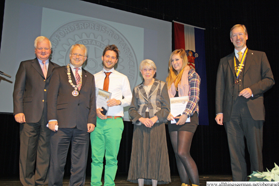 Recipients of the Rotary Club Youth Prize 2012 with representatives of the club and the town
