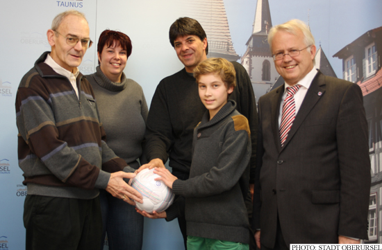 Fair trade football being presented to Nikolas Alt by Dr. Johannes Bickel (Photo: Stadt Oberursel)