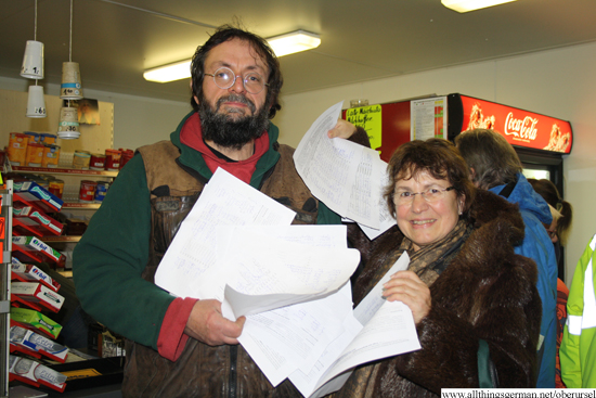 Bernd Peppler and Gisela Grützmacher with the petition lists