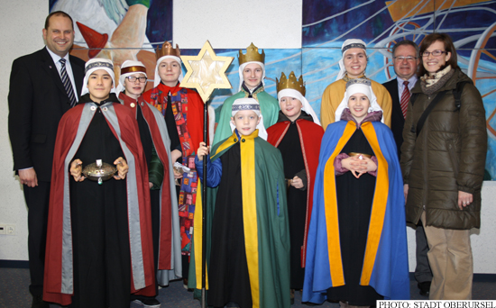 Sternsinger - Carol Singers - at Oberursel's town hall with Thorsten Schorr (left) and Dr. Christoph Müllerleile (2nd from right)  Photo: Stadt Oberursel