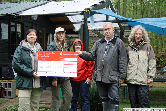 Handing over a cheque from the Lions Club: President Peter Foeller with Manuela Deuss and Heike Mohr (left), Stephanie Krüger (right) and Bardo K. (centre)
