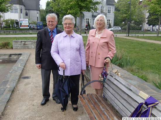 Hans-Georg Brum with Renate Velten and Inge Rathgeb at the unveiling of the new benches