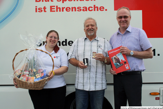 Peter Ehegartner (centre) with Michaela Tappenden (Red Cross Oberursel) and Jürgen Swoboda (Blood donor service)