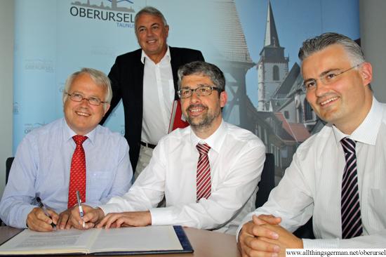 Signing the contract: Hans-Georg Brum (Mayor), Arnold Richter (Town Development), Carsten Trumpp (Chairman, TSGO) and Frank Metlicar (Vice-Chairman, TSGO)