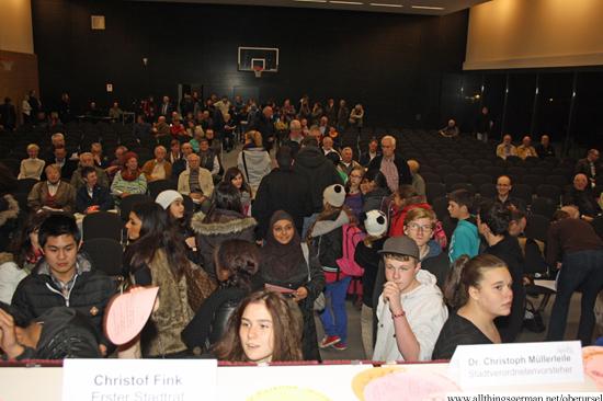 Children from Stierstadt and Weisskirchen bringing their cards to the stage