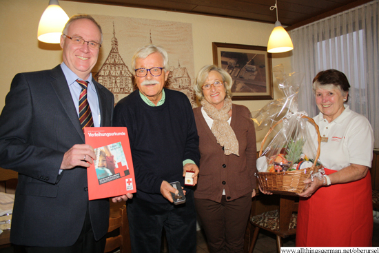 Jürgen Swoboda (left) and Sigried Rieschel (right) with Eberhard and Angelika Böhm after their blood donation