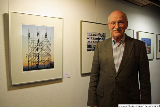 Hartmut Kullmann in front of his photograph -Turmbau-