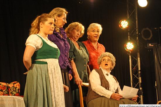 Mathilde (Anna Altheim, front) receives a letter from Canada.  (Back row: Kerstin Grunwald, Uta Patzina, Barbara Semeras, Gabriele Schweickhardt)