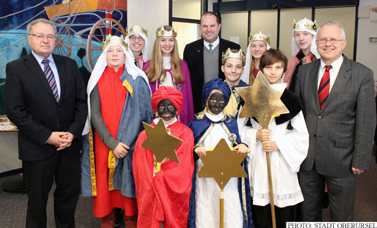 Sternsinger - Carol Singers - at Oberursel's town hall [Photo: Stadt Oberursel]