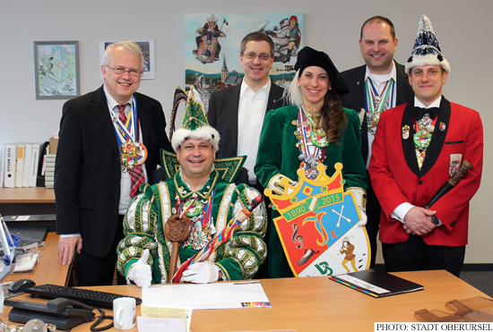 Prince Jürgen I. with his page Sonja Coy, and Lord Stewart Patrick Volz along with Mayor Hans-Georg Brum, Alderman Christof Fink and Treasurer Thorsten Schorr. (Photo: Stadt Oberursel)
