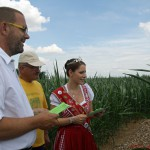 Christina II. and Jürgen look for clues in the maze accompanied by owner Richard Bickert