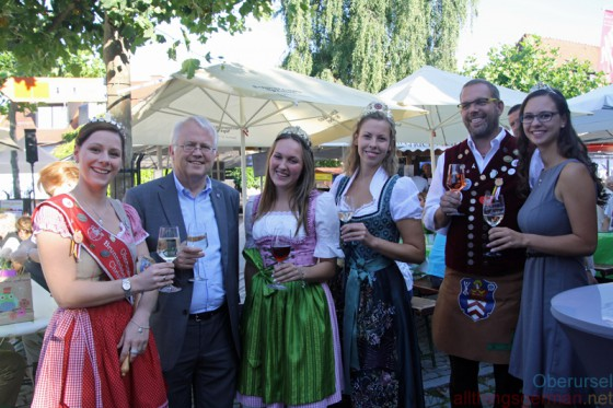 Fountain Queen Christina II., Mayor Hans-Georg Brum, Oestrich Wine Queen Sophie Egert, Johannisberg Wine Queen Irene Rodschinka, Brunnenmeister Jürgen and Rheingau Wine Princess Stephanie Gönder (left to right).