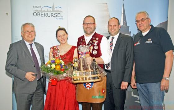 Christina II. with Mayor Hans-Georg Brum (left), Brunnenmeister Jürgen (centre), Town Treasurer Thorsten Schorr (2nd from right) and Joint Charities Chairman Rolf Steinhagen (right)