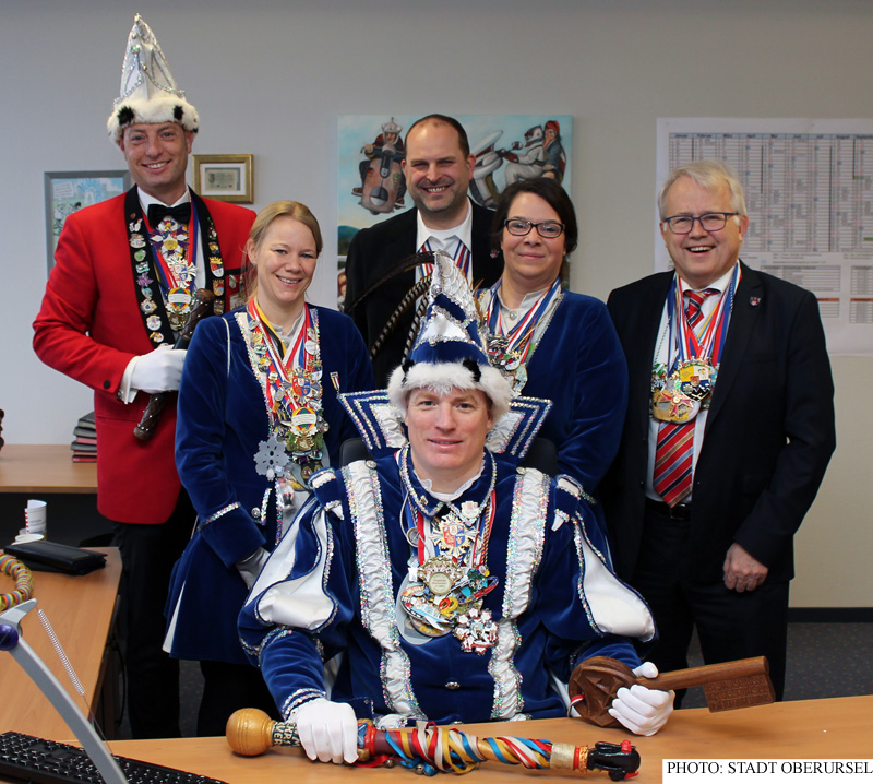Prince Rüdige I. settling into the Mayor's office with his pages Daniela Dobbertin (left), Sandy Mohr and Lord Stewart Benjamin I., with Mayor Hans-Georg Brum, and Treasurer Thorsten Schorr in the background.