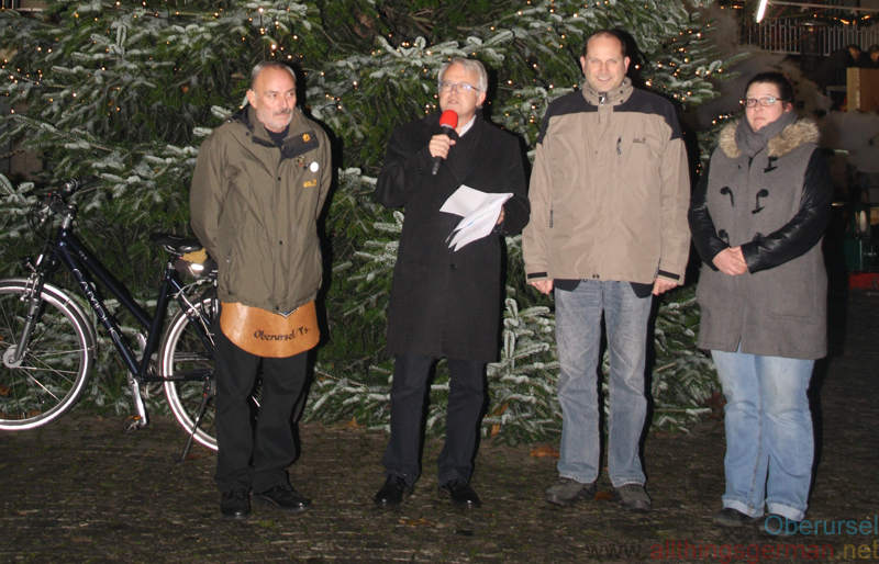 The Christmas Market in Oberursel was opened on Thursday, 30th November, 2017 by Brunnenmeister Rainer Böhrig, Mayor Hans-Georg Brum, Town Treasurer Thorsten Schorr and organiser Sandy Mohr.
