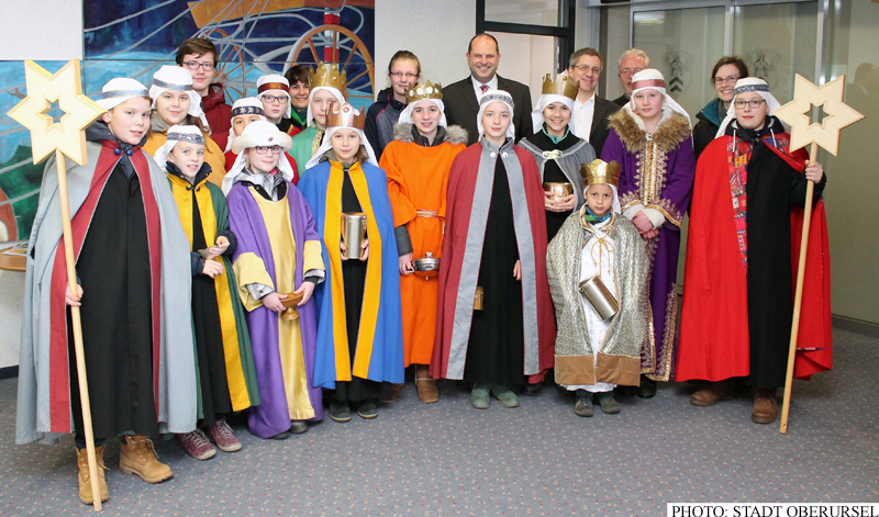 Sternsingers from St.Ursula in Oberursel visiting the Rathaus, where they were greeted by Treasurer Thorsten Schorr (centre, rear), and to his left Alderman Christof Fink and Town Council Chairman Gerd Krämer.